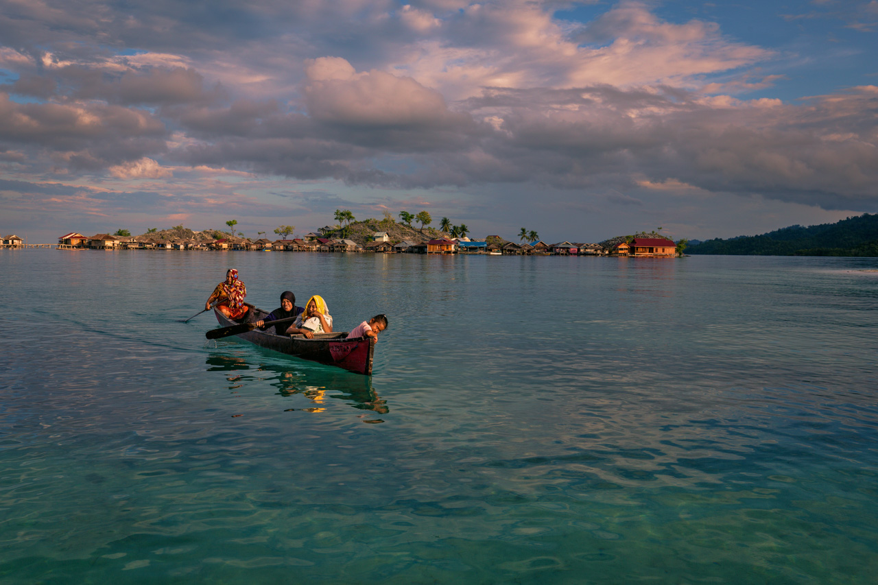 Bajo women in a boat